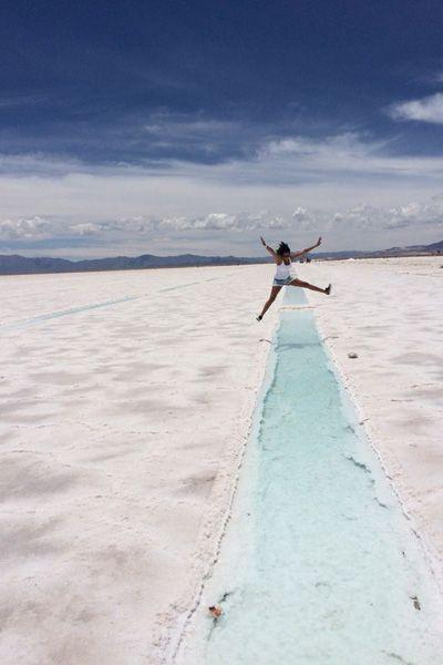水色の雨水が美しい。アルゼンチンの塩湖、サリーナス・グランデス。