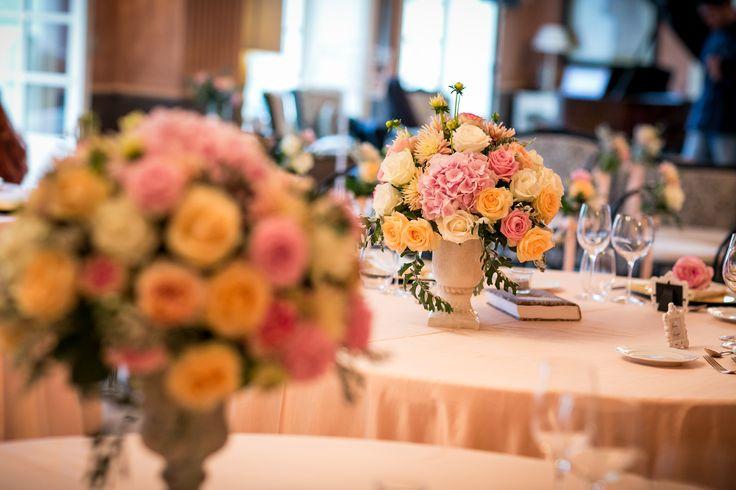 Elegant wedding table decoration with vases, books, candles / Элегантное украшение свадебного стола с роскошными цветочными композициями в вазах-амфорах, с использованием свечей и книг