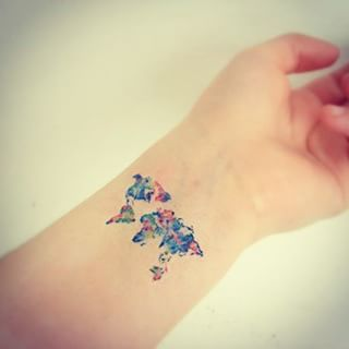Precioso tatuaje estilo acuarela de un mapa mundi #watercolor #tattoo #travel…