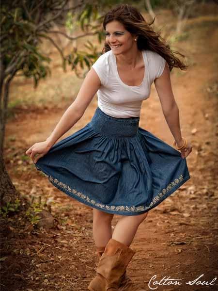 YASMINE; Falda corta con cintura elástica y bordados en parte inferior