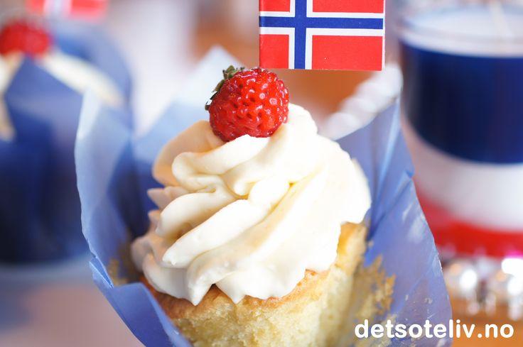 Cupcakes til 17. mai med vanilje, jordbær og hvit sjokoladekrem