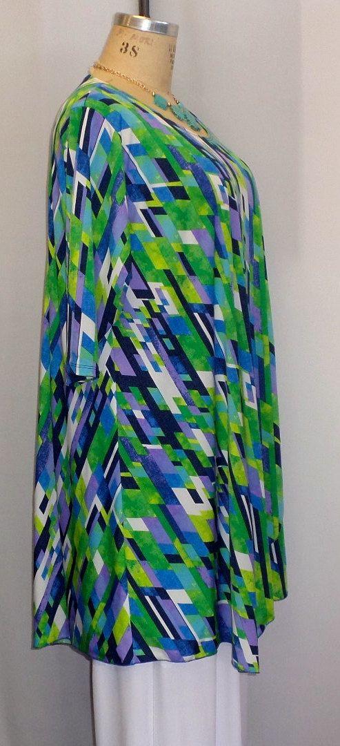 Su túnica favorito en impresión de horizonte azul y el verano.  Esta túnica asimétrica está en un peso ligero poli spandex de punto. . Una gran tapa para vestir, usar esta camiseta elegante o casual.  Con mangas 3/4, cuello joya, princesa coser en la parte posterior y frontal, esta tapa ya cuelga en un lado, llega a un punto en lado de centro y tiene un detalle insertado en el otro lado, todos los bordes serged.  Se muestra con el pantalón de pierna ancha blanco o azul real Full leg, todos…