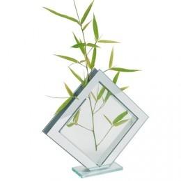 Vase square PM, qui allie une forme géométrique à la transparence du verre et aux reflets du miroir, La chaise longue - 9,90 €