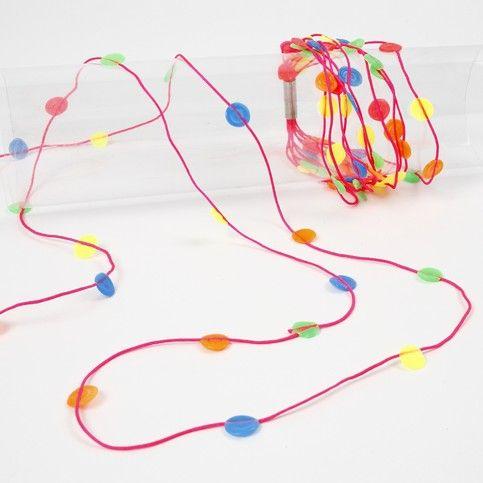 Smälta rörpärlor i neonfärger och med matchande neon knytsnören