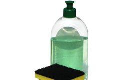 Receita simples e rápida de limpador multiuso. Produto custa menos de R$1 e não provoca alergias