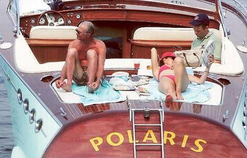 REKLAMPELARE Kung Carl Gustaf och drottning Silvia semestrar i Medelhavet på lyxyachten Polaris som kungen fick köpa till en tredjedel av priset – på villkor att han deltog i båtföretagets marknadsföring. Kungen skrev på och ställde upp på pr-jippot, trots att han enligt grundlagen ska vara opartisk.