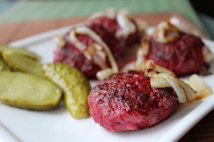 Котлеты по-шведски — вещь удивительная! Необычным дополнением в них выступает свекла, которая придает кушанью красивый бордовый цвет и совершенно не искажает мясной вкус. Котлеты получаются сочными,…