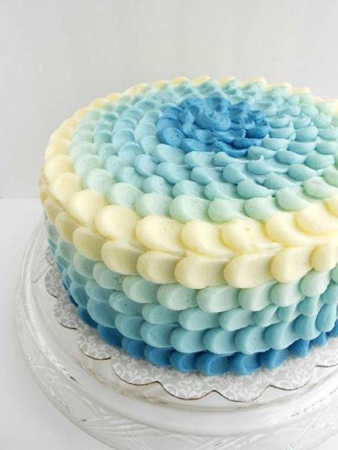 Tartas de boda en forma de flor: fotos ideas originales - Tarta con pétalos blancos y azules