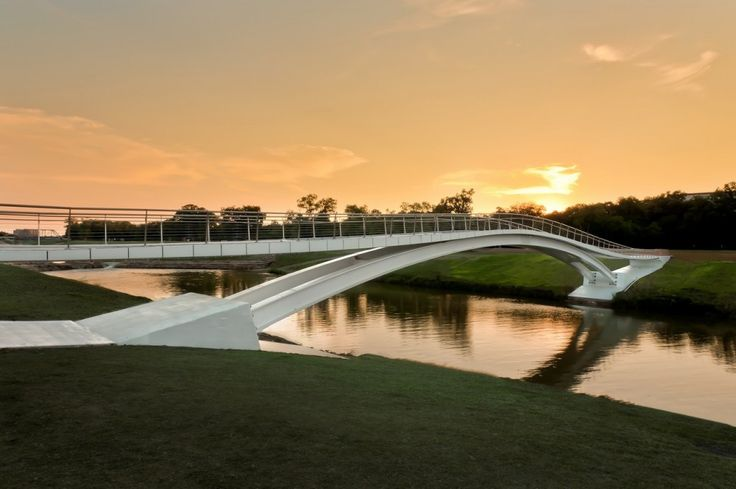 Phyllis J. Tilley Memorial Bridge / Rosales + Partners Architects Beautiful bridge - use of curves is reminiscent of Oscar Niemeyer's philosophy.