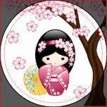 Ilustração do vetor de uma menina de gueixa oriental bonito vestido cor-de-rosa/magenta escuro do quimono com a faixa larga da bruxaria africana e um guarda-chuva de papel de bambu amarelo. O cabelo preto longo da menina é decorado com flores da flor. Estes trabalhos de arte foram inspirados por bonecas de madeira tradicionais do kokeshi de Japão e influenciados pelo estilo da arte de Chibi Kawaii do japonês. A árvore de cereja de florescência de Sakura do japonês faz um fundo simples.
