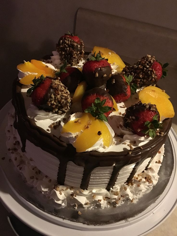 Pastel tres leches decorado con frutas y chocolate ..tres leches cake decorated with fruit and chocolate