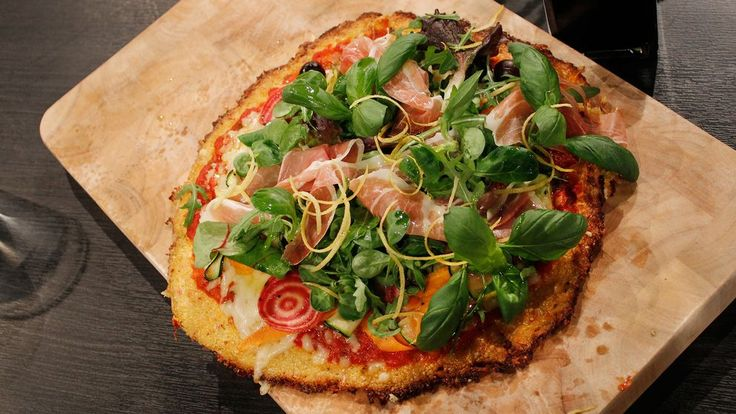 Pizzabotten på blomkål? Det funkar faktiskt! Toppa pizzan med fräscha grönsaker och riven citron.