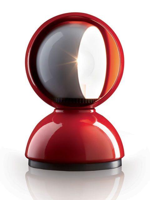 Arricchisci il suo salotto con la lampada Eclisse, disegnata da Vico Magistretti nel 1965: un grande classico del design italiano. La calotta interna regola il flusso luminoso rievocando, appunto, un'eclisse di luna. <b>Artemide</b> (€ 144)