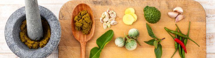 Met de juiste ingrediënten hoeft koken niet lang te duren of ingewikkeld te zijn. Currypaste is kant en klaar in 3 kleuren te koop: rood , groen en geel.
