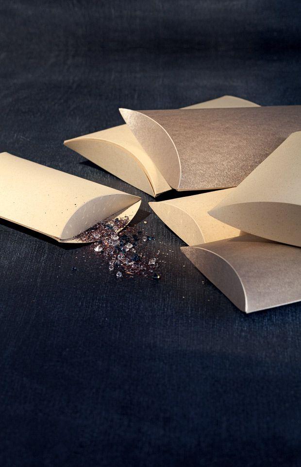 """""""Kissenverpackung selber machen - Ob Gutscheine oder kleine Überraschungen - mit dieser Kissenverpackung schenkt ihr schöner. Und ihr könnt die Verpackung ganz leicht selber machen."""""""