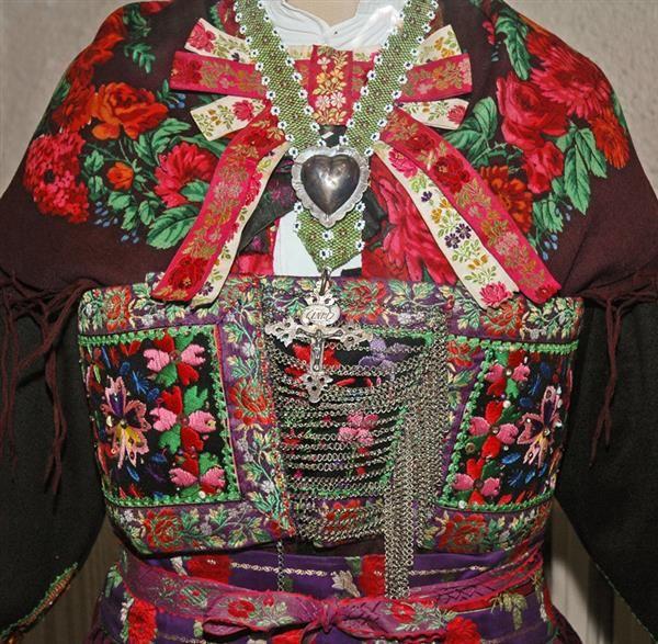 Musée des Costumes, Arts et Traditions Populaires - Saint Jean de Maurienne http://www.gpps.fr/Guides-du-Patrimoine-des-Pays-de-Savoie/Pages/Site/Visites-en-Savoie-Mont-Blanc/Maurienne/Saint-Jean-de-Maurienne