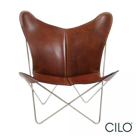 Fauteuil Trifolium Ox Denmarq  Ox Denmarq stoel Trifolium is net als de KS stoel een heerlijke stoel om in te loungen. Het heerlijke brede zitgedeelte zorgt voor extra zitcomfort. Gemaakt van hoogwaardig leer en een rvs onderstel. Verkrijgbaar in de kleuren nature leather, cognac leather, mocca leather en black leather.   Afmeting stoel Trifolium: Hoogte: 86 cm Breedte: 78 cm Diepte: 69 cm