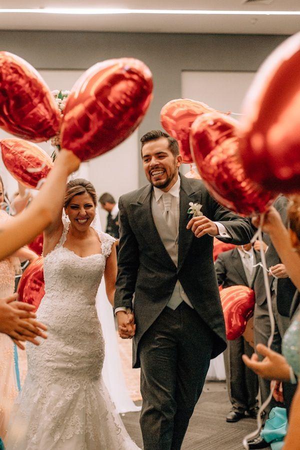 Saída dos noivos com balões de coração vermelhos, após a ceirmônia!    Casamento no Hotel Pullman Ibirapuera | Camila + Thiago | Vestida de Noiva | Blog de Casamento por Fernanda Floret