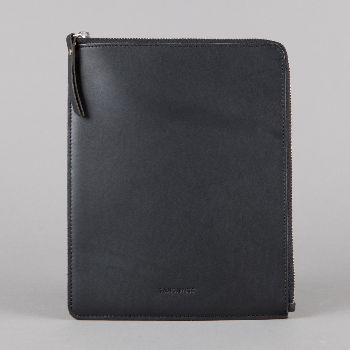 Sandqvist Bengt iPad Case Black: A classic and timeless iPad case in black, vegetable tanned leather. Zipper closure from YKK. Grey lining and padding for extra protection.
