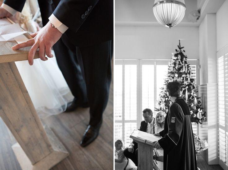 Leuk met kerstboom, warme choco, mooi boeket en prachtige kleuren..  Trouwfotografie Hoofddorp: winter-bruiloft op 12-12-12