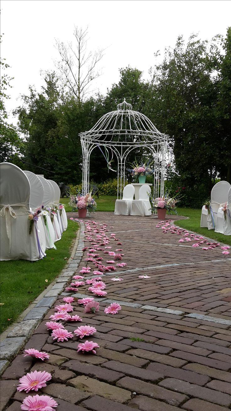 Ceremonie decoratie met verse bloemen en gerbera's