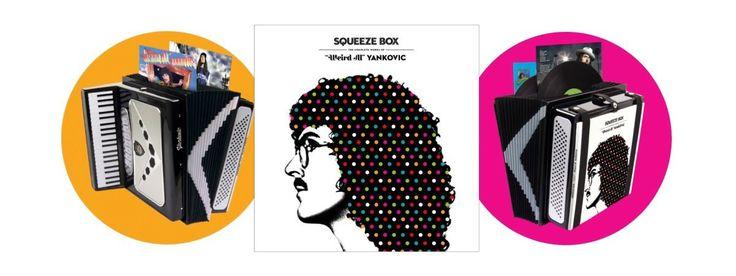 """Lata mijają, ale """"Weird Al"""" Yankovic wciąż jest w świetnej formie. I oczywiście wciąż jest """"dziwny"""". Muzyk niebawem będzie świętować 34. rocznicę swego płytowego debiutu, ale już teraz zapowiada dyskografię """"Squeeze Box"""", która ukaże się w listopadzie. http://exumag.com/?p=7637"""