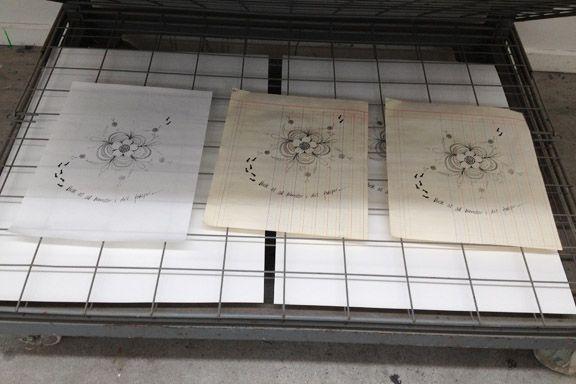 """Serigrafiske tryk lagt til tørring """"Husk at så blomster i dit fodspor"""" (citat Anne Julie). Fotograf: Susanne Randers"""
