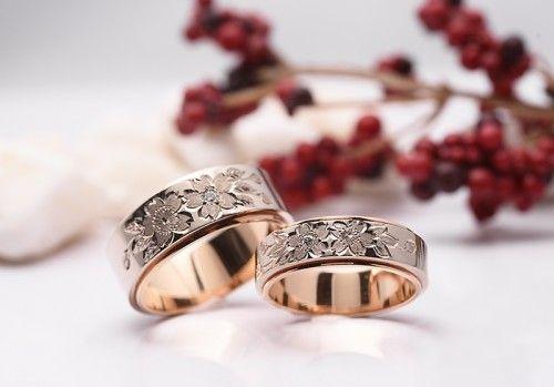 結婚指輪|花4種・さくら。 ワンポイントの桜の手彫りのデザイン。詳しくは、館林工房スタッフブログ「人気の桜をあしらって♪」でご紹介しています。