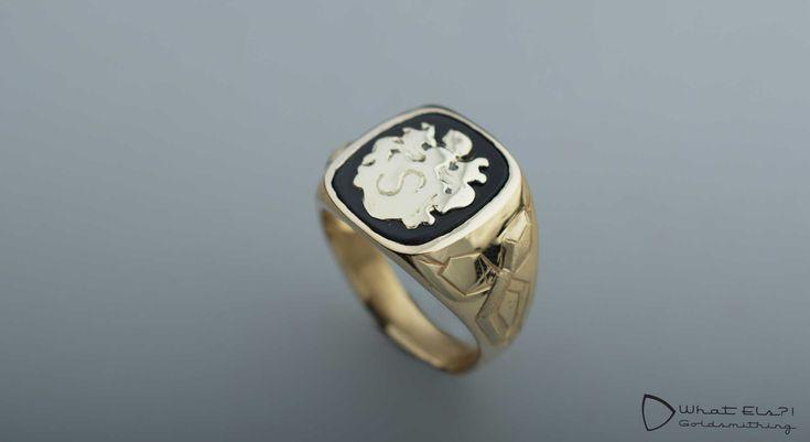Gouden zegelring van oude sieraden, een oude zegelring van opa en wat andere dingen. De slangen staan voor de familie naam.