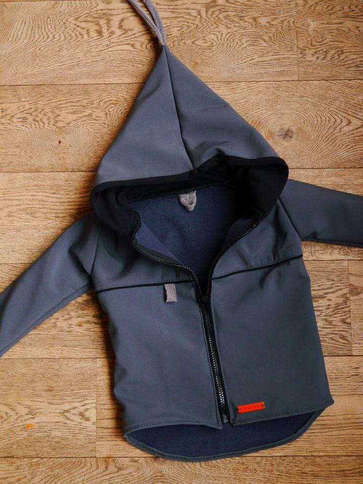 Mijn jongste zoon in een nieuwe jas hijsen. Dat was mijn doel. Ik had in de sale een restje softshell gekocht en pinterest afgestruind naar een goed patroon. Het gratis patroon komt van…