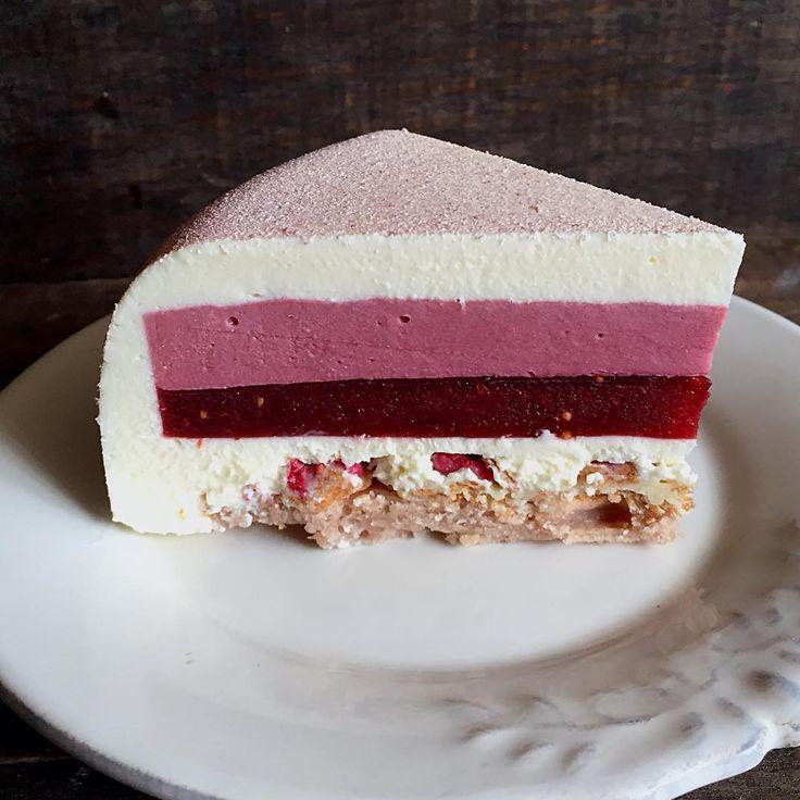 Raspberry-fig-goat cheese💗 Еще одна осенняя новинка - Малина-инжир-козий сыр. В составе: йогуртово-ягодный бисквит пэн де жен, хрустящий слой с йогуртовой пудрой и малиновыми криспи, кули с малиной и инжиром, малиновое кремю и мусс с козьим сыром. Уверена, что этот десерт мало кого оставит равнодушным☺️ на сегодня, кстати, есть один свободный тортик) по вопросам, как всегда, прошу писать в Вотсапп) UPDATE торт продан