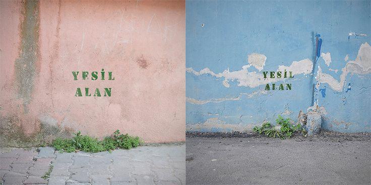 """Anlamlı ve sade bir sokak eleştirisi: Yeşil Alan Bekir Dindar, bir fotoğraf sanatçısı. """"Yeşil Alan"""" isimli instagram hesabında yeşil alanları eleştirel bir gözle fotoğraflıyor. Bir stencil serisi olarak gerçekleşen proje, anlamlı ve ironik bir sokak eleştirisi. Yeşil alan, yerleşim bölgelerinde yer alan ortak kullanım alanlarını tanımlıyor.   #Fotoğraf #Kentler #Proje #Yeşil #Sanat #Çevre #Stencil #Sokak"""