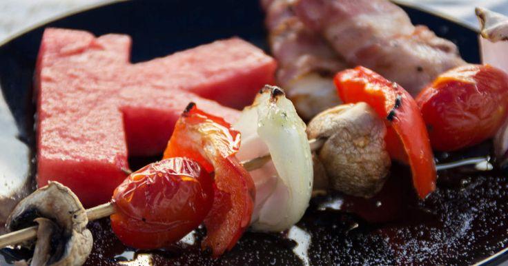 Grillad halloumi med bacon och grillspett med grönsaker. Enkel och god förrätt!