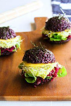 Black sushi burger {vegan - sans gluten} - Ingrédients : 170 g de riz noir, 1 avocat, 1/2 mangue, de la salade, des graines germées, de la betterave...