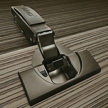 """Gillar ni mörka möbler? Då har vi ett riktigt snyggt tips! """"Mörka möbler ger känslan av minimalistisk elegans – både utvändigt och invändigt. Med Blums onyxsvarta gångjärn harmonierar beslagen diskret in i möbeln och skapar en exklusiv känsla. Frihet vid utformningen, utan kompriss med designen."""" Bild & citat från www.blum.se. #snickerfabriken #gotland # #blum #gångjärn #detaljer #interiör #design"""
