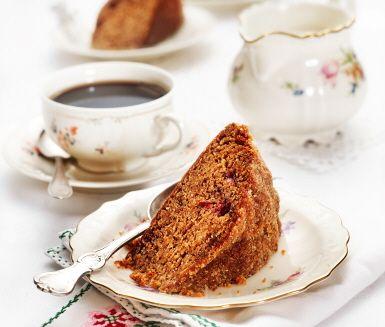 Ett fantastiskt recept på oemotståndlig mjuk pepparkaka perfekt att servera runt jul. Du gör kakan av bland annat mjöl, kanel, nejlikor, bikarbonat, smör och grädde. Utsökt fikabröd till kaffet!