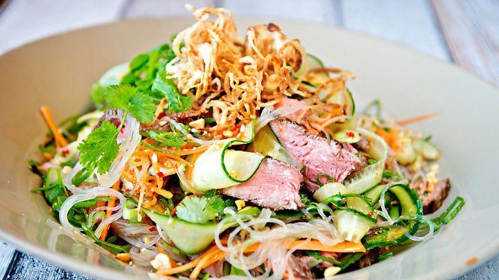 Lises beste middagssalater: Cæsarsalat med grillet kylling, nudelsalat med biff og søtpotet-salat - Godt.no - Finn noe godt å spise