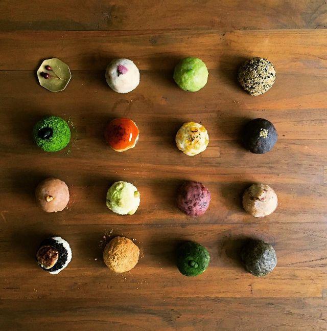 くるみや黒ごま、とうもろこし、木の芽、味噌など豊富なラインナップを展開するのは、大阪・豊中市にある専門店「森のおはぎ」。小さな商店街にある小さな小さなお店は、注意していないと見落としてしまうほどなのだそう。テーマは「素材の味がするお菓子」。それではラインナップの一部を紹介しましょう!
