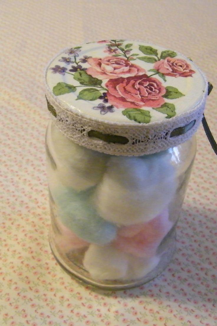 Decoupage para reciclar un frasco, y así obtener un bello recipiente para guardar algodón, hisopos, jaboncillos, sales de baño, etc