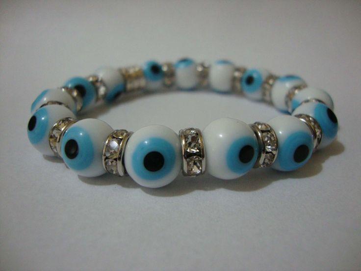 Pulseira com olho grego, detalhes em strass e pingente de olho grego