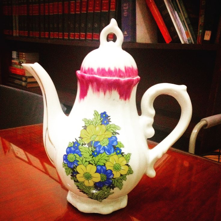 Im a big fan of tea pots and tea cups! Savaged a tea pot, hoping to find the matching tea cups. :)