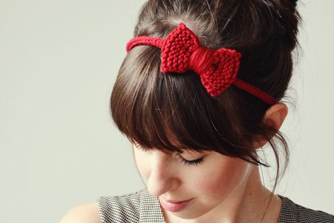 Knitted bow tutorial by Squeaky Swing, in German.