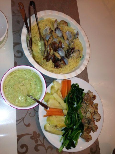 あさりの本格ボンゴレは得意なのでいつも好評(^.^)   温野菜は小松菜が栄養も十分でアボカドとマスタード、マヨネーズ和えのソースがサッパリしてワインのつまみに最高! - 2件のもぐもぐ - ボンゴレパスタと鳥肉温野菜アボカドソース by daiya143