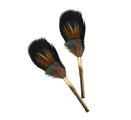 Hårklips med fjer. Til dette hårspænde er der brugt følgende materialer:  1 stk. fjer, mix af fjer og påfugl 1 stk. hårspænde, forgyldt messing 60x5mm 1 stk. buet rør, forgyldt messing 23x5mm + evt. lim