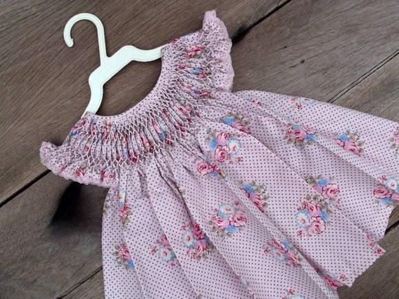 Vestido com pala em ponto smock (casa de abelha) em tricoline estampa floral em tons de rosa pink sobre fundo rosa bebê com poás marrom, 100% algodão. Abertura nas costas, e fechamento com 3 pequenos botões miudinhos.  Acompanha calcinha de malha cor de rosa.  Medidas do vestido:   40 cm de altura total (do ombro à bainha)  24 cm de um ombro ao outro (sem considerar o babado)  14 cm de altura da cava (do ombro até abaixo da axila). R$ 65,00