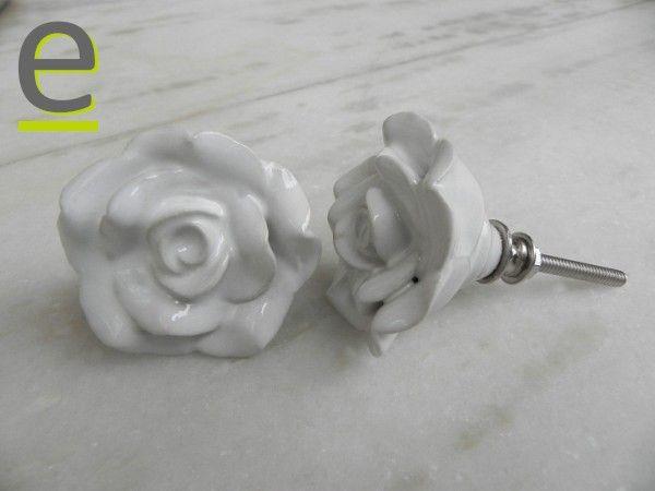 Pomelli bianchi di ceramica, fatti a forma di rosa...  http://easy-online.it/it/shop/pomelli/pomelli-forma-di-fiore-fck-41/