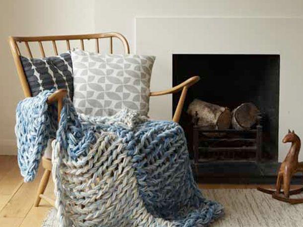 Was darf auf dem Sofa nicht fehlen? Richtig, ein kuscheliger Überwurf. Die passende Strickanleitung gibt es bei uns.Strricken, ganz ohne