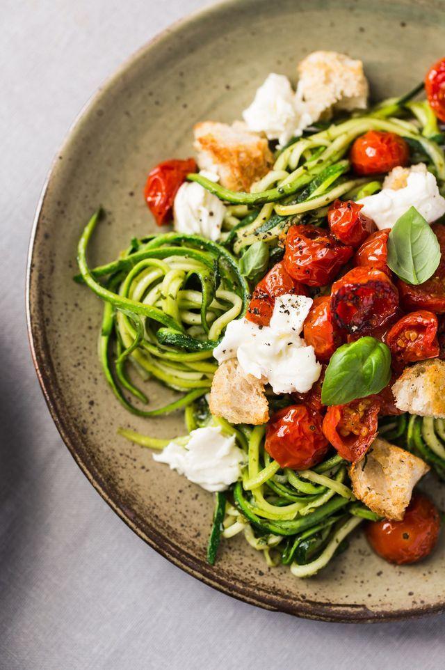 Spaghetti de courgette au pesto, tomates rôties, mozzarella et croûtons