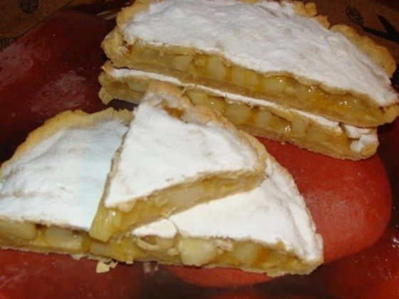 Pie with apples, mango and papaya