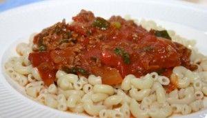 De heerlijke ouderwetse macaroni met gehaktsaus van vroeger. De smaken zijn puur en oprecht.